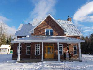 Installation de toiture en acier galvanisé sur une vieille maison traditionnelle au Québec par Toiture Corbeil