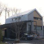 Installation de toiture en acier galvanisé sur maison style scandinave au Québec par Toiture Corbeil