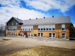 Installation de toiture en acier galvanisé sur une école au Québec par Toiture Corbeil