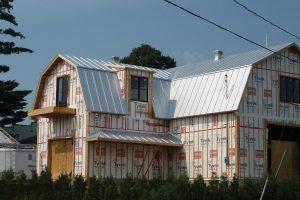 Installation de la toiture métallique par l'entreprise familiale Toiture Corbeil