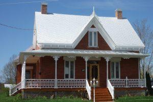 Réalisation de l'installation de la toiture métallique à la canadienne sur une vieille maison, par l'entreprise familiale Toiture Corbeil